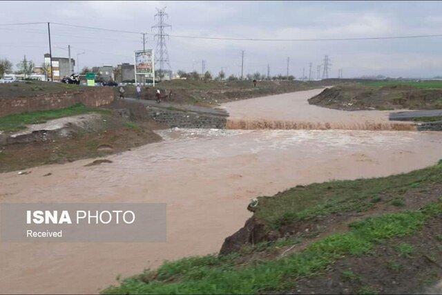 سیلاب در فریمان، چهار خودروی گرفتار نجات یافتند
